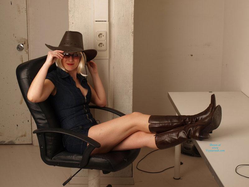 Sexy Cowgirl , A Lidia Le Pareció Divertido Disfrazarse Con Un Sombrero De Vaquero Para La Sesión De Fotos... Y Este Es El Resultado.