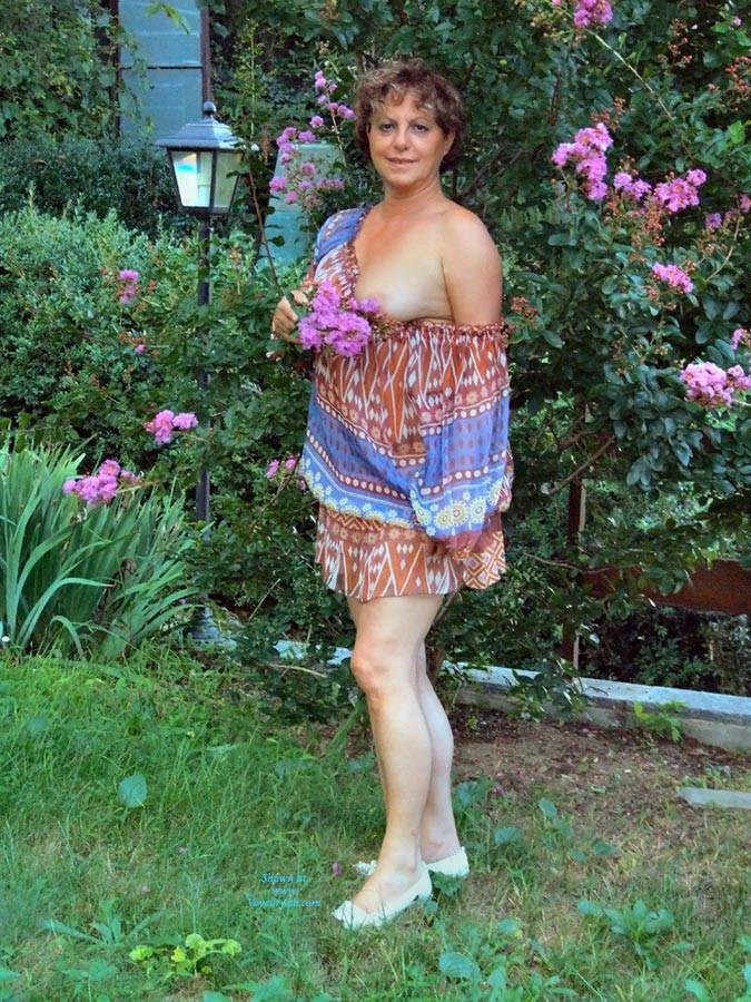Pic #1Strip In Giardino - Big Tits, Brunette, Outdoors, Bush Or Hairy